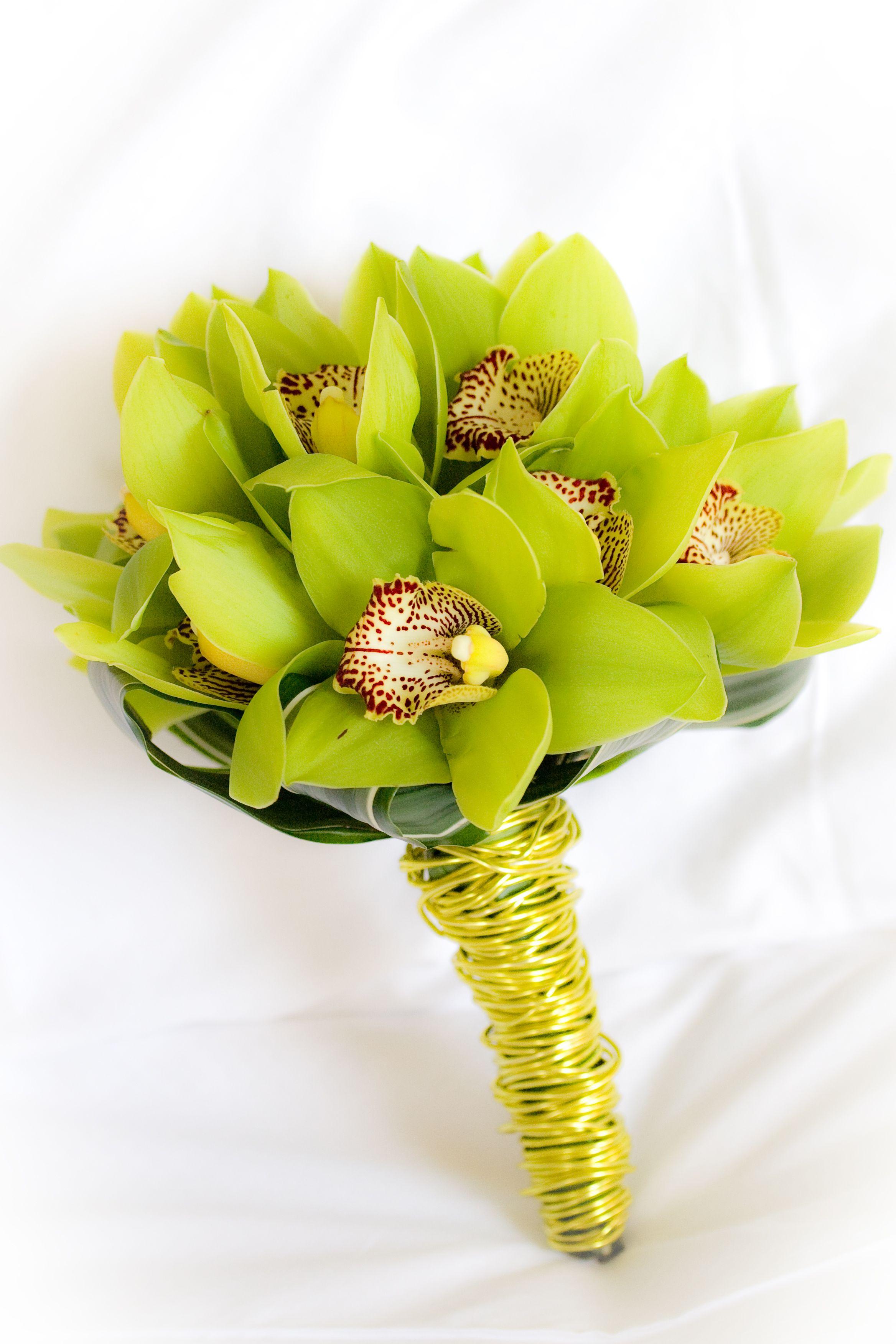 Свадебный букет с семью орхидеями
