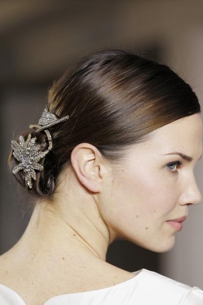 Monique Lhuillier предлагает невестам украсить свою прическу...